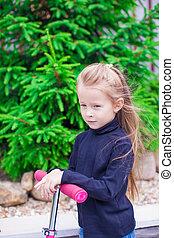 adorable, petite fille, sur, a, scooter, dans, les, yard
