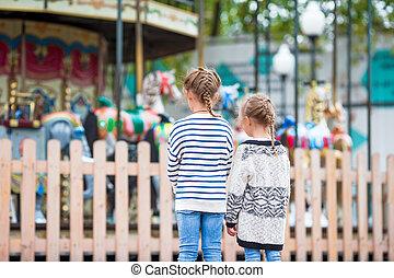 adorable, petites filles, près, les, carrousel, dans, les, gosses, parc, dehors