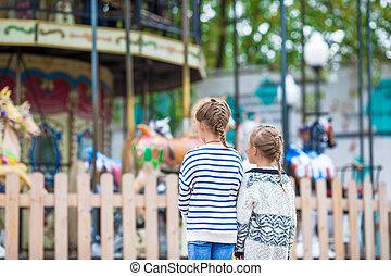 adorable, petites filles, près, les, carrousel, dehors