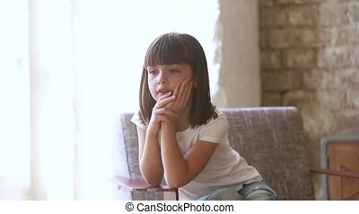 adorable, préscolaire, peu, désordre, fauteuil, sent, fille repos