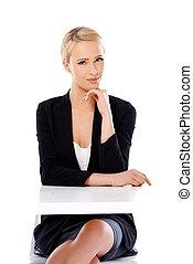 adorable, rubio, mujer de negocios, sentar escritorio