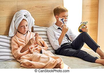 adorable, toma, tener, feliz, niños, mañana, cuidado, pareja, ellos mismos