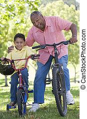 aduelo, y, nieto, en, bicicletas, aire libre, sonriente