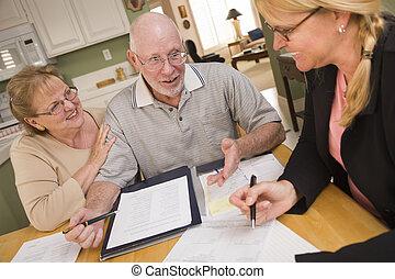 adulte aîné, couple, aller, sur, papiers, dans, leur, maison, à, agent