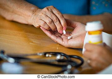 adulte aîné, femme, prenant médicament, pilule, depuis, médecins, paume