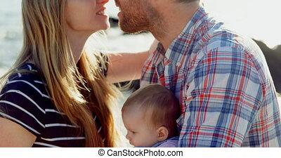 adulte, autre côté, parents, vue, mi, baisers, chaque, caucasien, ensoleillé, plage, jour, 4k