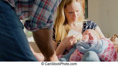 adulte, bouteille, lait, elle, maison, parents, confortable, mi, bébé, caucasien, 4k, alimentation