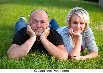 adulte, couple heureux, ensemble, sur, herbe