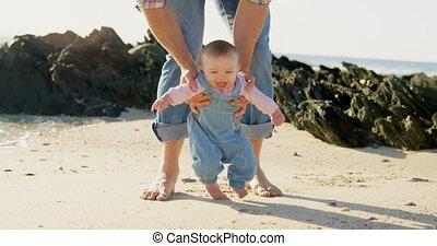 adulte, devant, 4k, vue, mi, bébé, caucasien, père, jour ensoleillé, promenade, portion, plage