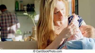 adulte, elle, consoler, maison, confortable, vue, mi, mère, bébé, caucasien, 4k, devant