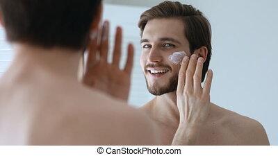 adulte, facial, miroir, homme, jeune regarder, demande, beau, crème
