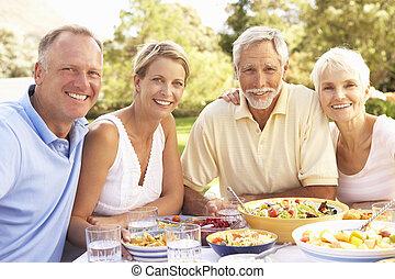 adulte, fils, et, fille, apprécier, repas, dans, jardin, à,...