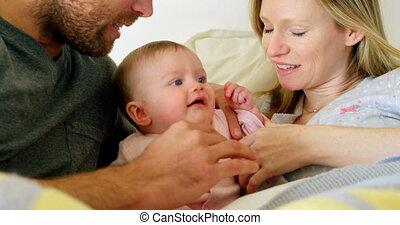 adulte, maison, confortable, parents, mi, bébé, caucasien, ...