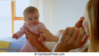 adulte, maison, parents, confortable, mi, bébé, caucasien, 4k, lit, jouer