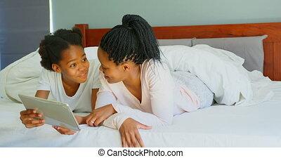 adulte, noir, maison, fille, numérique, vue, confortable, mi, mère, utilisation, tablette, 4k, lit, devant