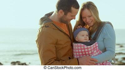 adulte, parents, vue, mi, bébé, regarder, caucasien, ensoleillé, plage, jour, devant, 4k