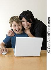 adulto, e, criança, desfrutando, computador, tempo