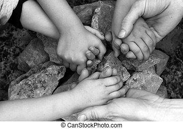 adulto, e, crianças prendem mãos, círculo pedra