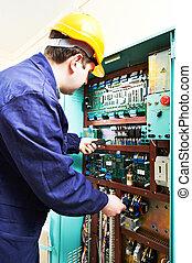adulto, electricista, constructor, ingeniero, trabajador, prueba, electrónica, en, interruptor, tabla