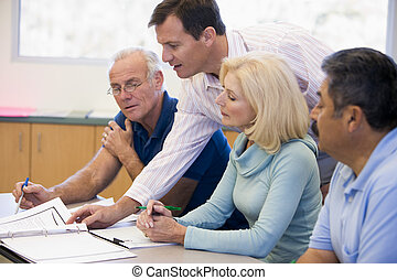 adulto, estudantes, classe, com, professor, ajudando, (selective, focus)