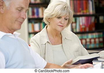 adulto, estudantes, leitura, em, um, biblioteca