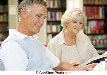 adulto, estudiantes, lectura, en, un, biblioteca