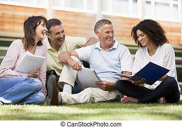 adulto, estudiantes, sentado, en, un, campus, césped