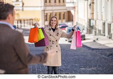 adulto, holding donna, colorito, borse, esterno., vista posteriore, di, sorpreso, uomo, guardando, donna