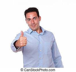 adulto, hombre hispano, con, pulgar up