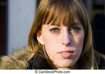 adulto jovem, mulher, com, expressão séria