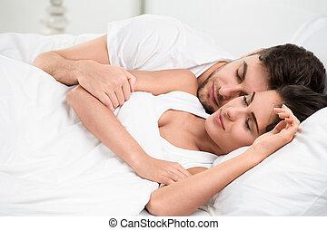 adulto jovem, par, dormir, em, quarto