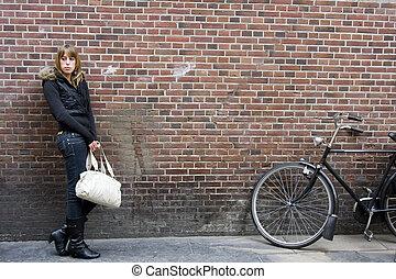 adulto jovem, posição mulher, com, bolsa, em, mão