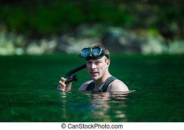 adulto jovem, snorkeling, em, um, rio