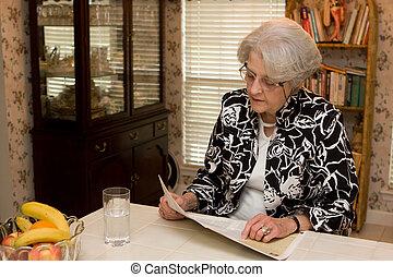 adulto mayor, lectura de mujer, revista