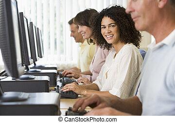 adulto, studenti, in, uno, laboratorio computer