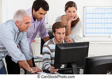 adultos, alrededor, computadora