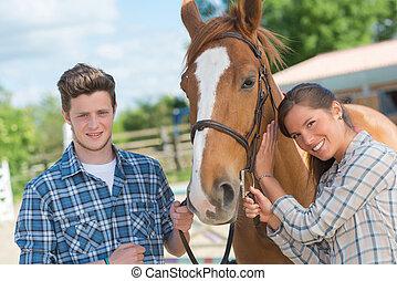 adultos jóvenes, con, un, caballo