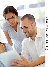 adultos jóvenes, en, entrenamiento, curso, utilizar, touchpad