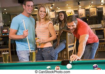 adultos jóvenes, jugar la piscina, en una barra