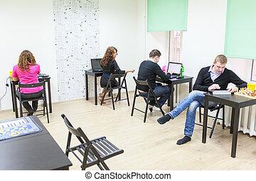 adultos jóvenes, surf, internet, en, co-working, habitación