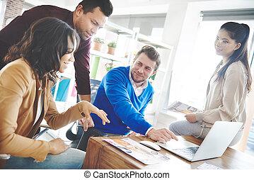 adultos, negócio, jovem, coworkers, reunião, tendo
