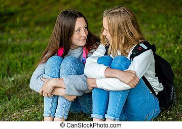 adults., été, adolescent, intimité, autre., intime, communiquer, deux, chaque, girl., grass., conversation., ils, friends., pourparlers, séance, nature., mieux, il
