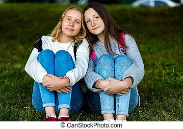 adults., été, adolescent, pose, appareil-photo., intimité, nature., séance, communiquer, deux, chaque, girl., grass., ils, friends., autre., mieux