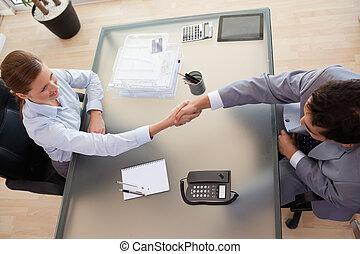 adviseur, boven, handen, aanzicht, klant, rillend