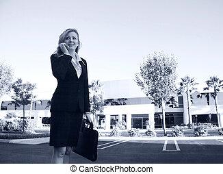 advogado, ou, mulher negócio, ocupado, falando telefone
