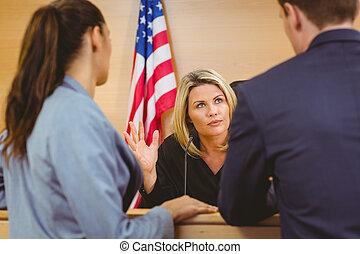 advogados, americano, juiz, bandeira, frente, falando