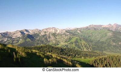 aerial skød, i, grønnes skov, og, bjerge, afsløre