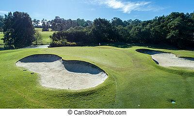 aerial udsigt, i, golf kurs, grønne, hos, sand bunker, på, solfyldt dag, omgivet, af, træer