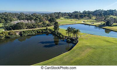 aerial udsigt, i, golf kurs, hos, to, vand, hazard, dæmninger, bunkere, og, træ forede, fairways