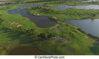 aerial udsigt, i, træ forede, golf kurs
